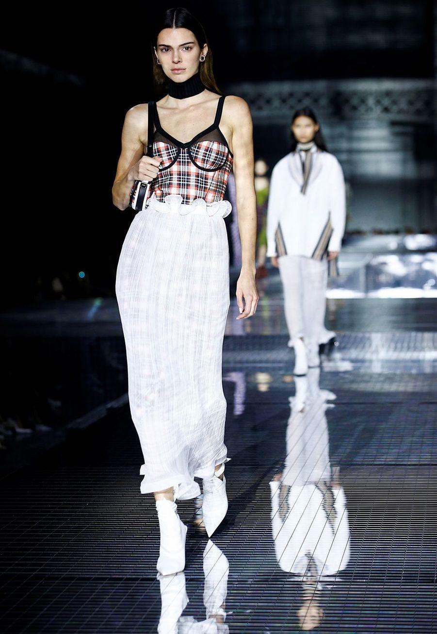 Kendall Jennerdéfile pour Burberry lors de la Fashion Week de Londres le 17 février 2020.