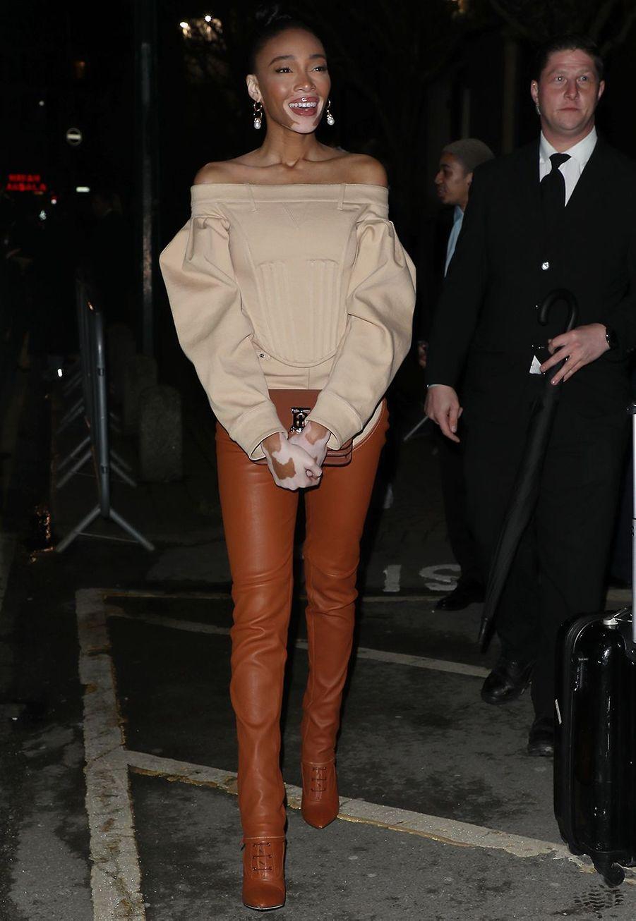 Le mannequin Winnie Harlowarrive au défilé Burberry lors de la Fashion Week de Londres le 17 février 2020.