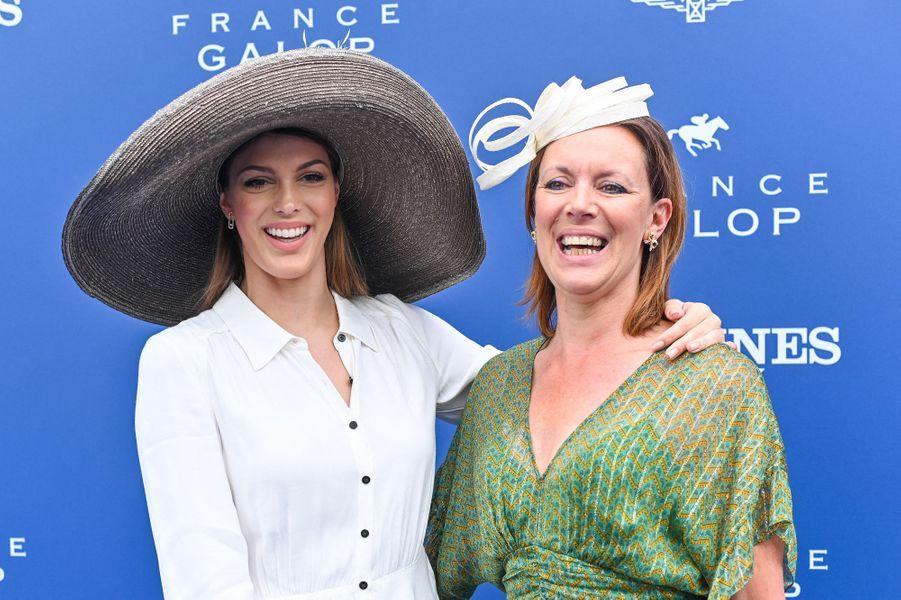 Iris Mittenaere et sa mère Laurence à Chantilly, le 16 juin 2019