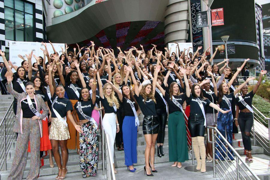 Iris Mittenaere et les 72 candidates à l'élection de Miss Univers 2017, à Las Vegas, le 16 novembre 2017.