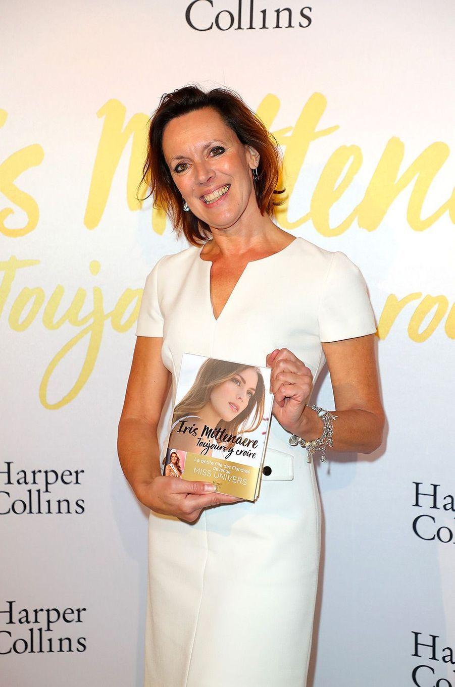 """Laurence Druart, la mère de Miss Univers, à la soirée de lancement du livre """"Toujours y croire"""" d'Iris Mittenaere, mardi 6 novembre"""