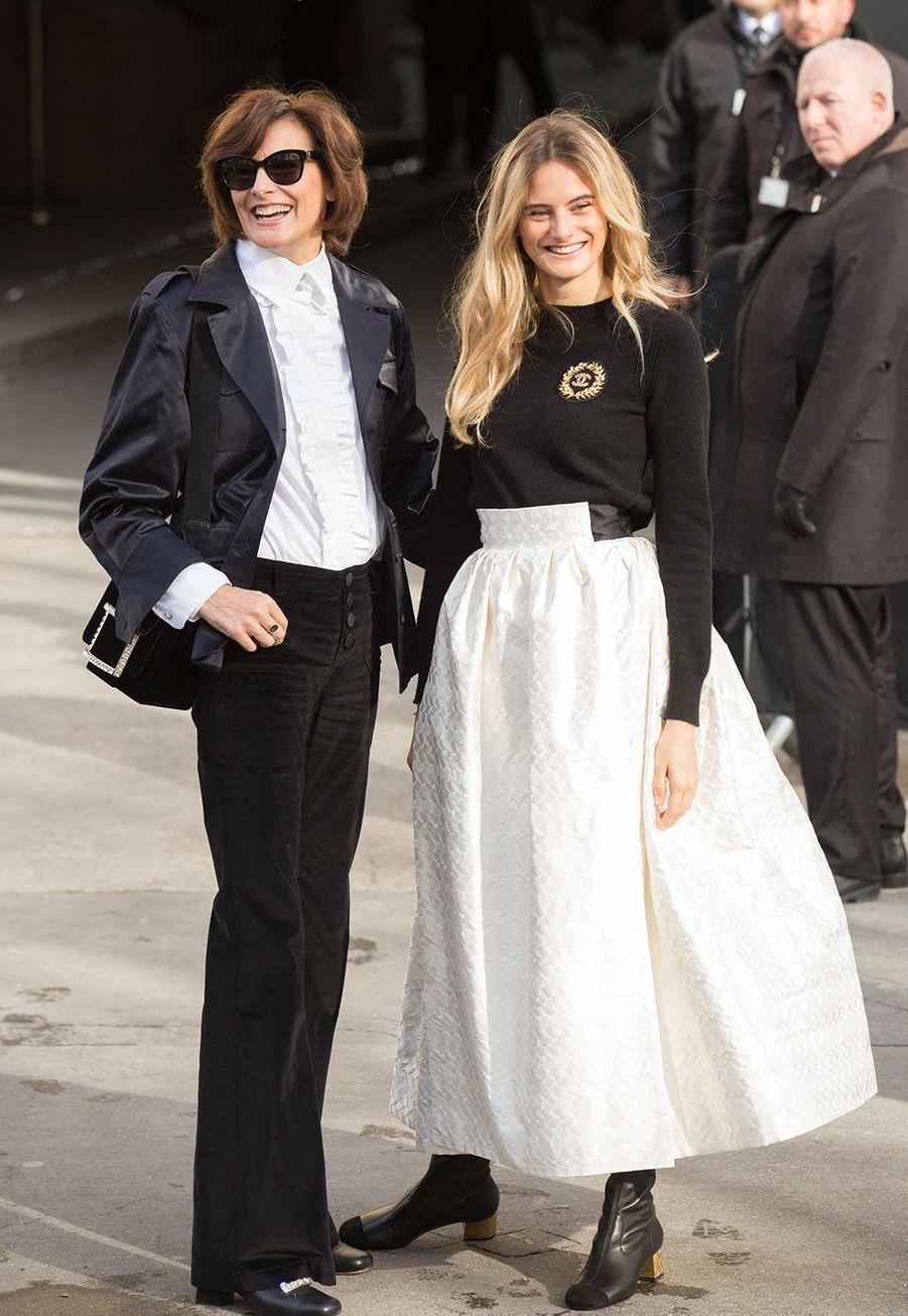 Inès de la Fressange et sa fille Violetteau défilé Chanelà Paris le 3 mars 2020