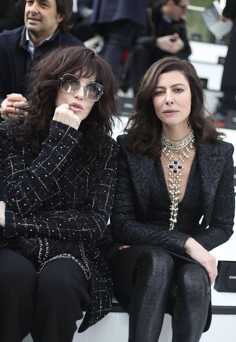 Isabelle Adjani et Anna Mouglalisau défilé Chanelà Paris le 3 mars 2020