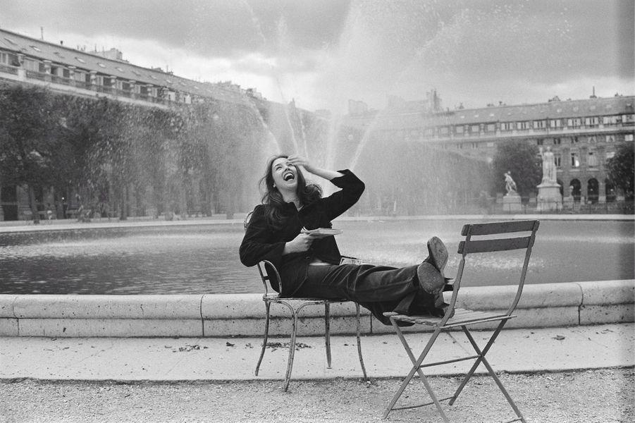 Isabelle Adjani rayonnante dans les rues de Paris, elle a 18 ans.