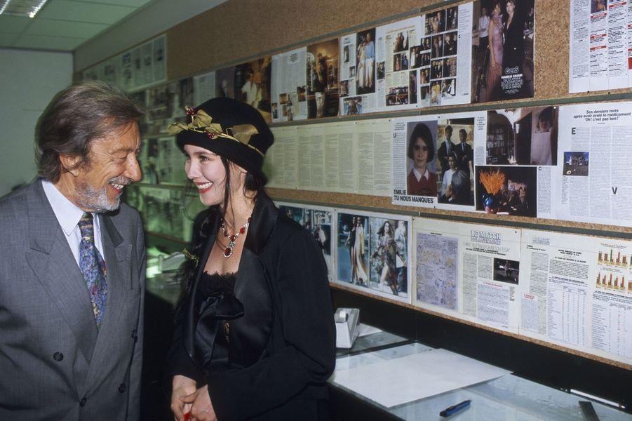 Isabelle Adjani dans les locaux de Paris Match avec Roger Therond.