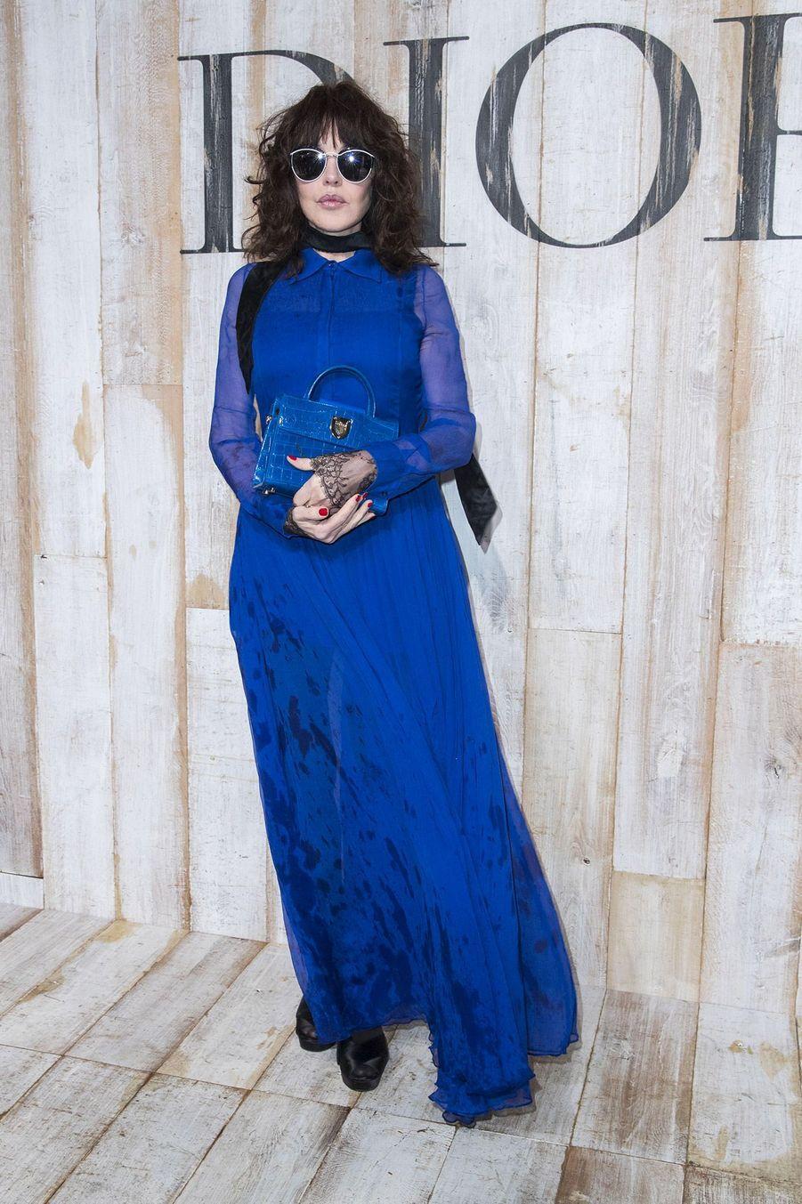 Isabelle Adjani au Photocall de la collection croisière Christian Dior Couture printemps-été 2019 dans les grandes écuries du château de Chantilly, le 25 mai 2018.