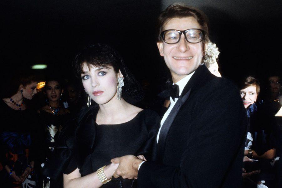 Isabelle Adjani et Yves Saint Laurent en 1981.