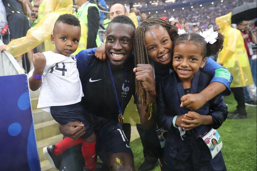 Blaise Matuidi avec ses enfants Eden, Myliane et Naëlle après la victoire de l'équipe de France lors de la Coupe du Monde de Football en Russie en juillet 2018