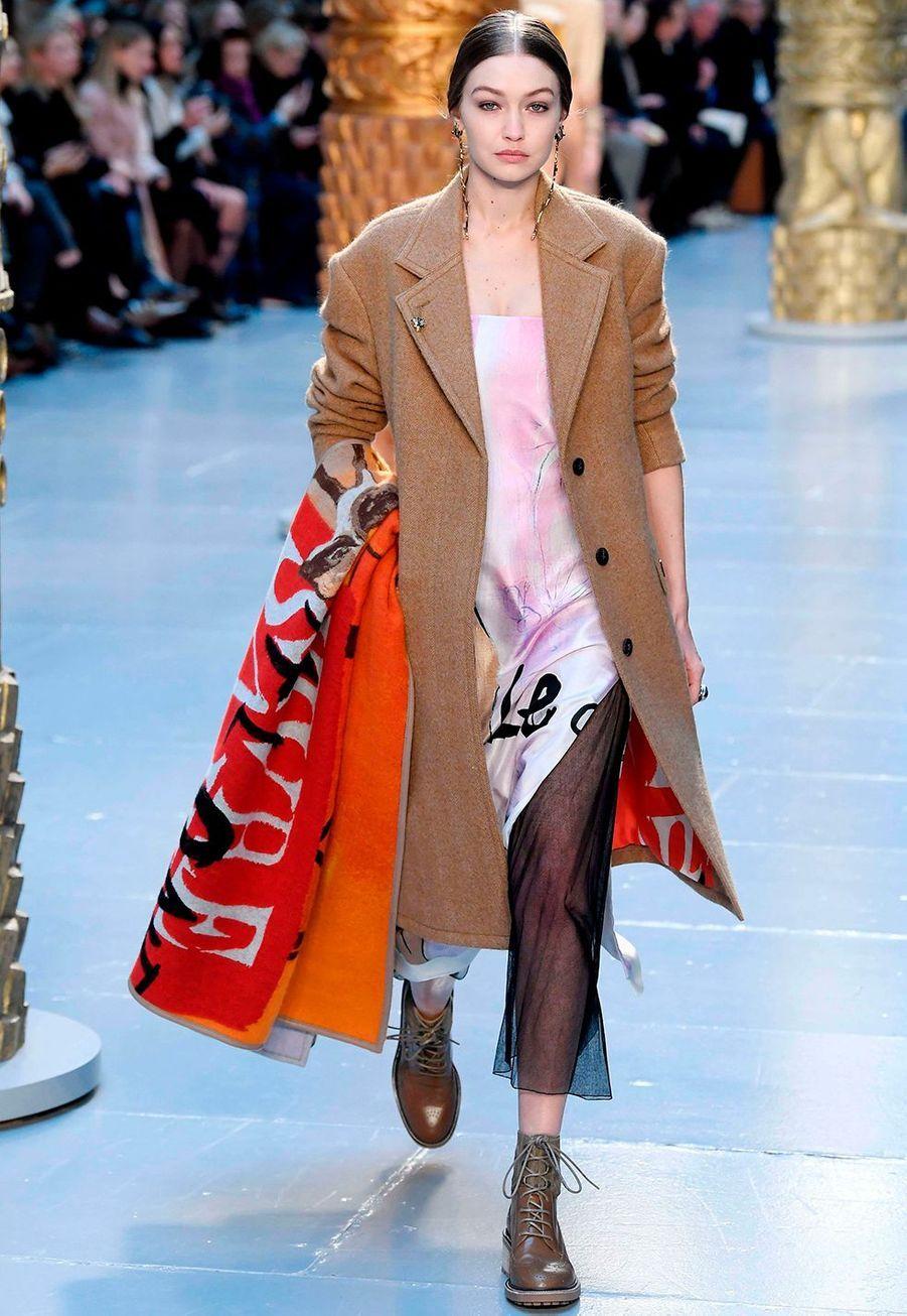Gigi Hadidau défilé Chloé lors de la fashion week de Paris, le 27 février 2020.