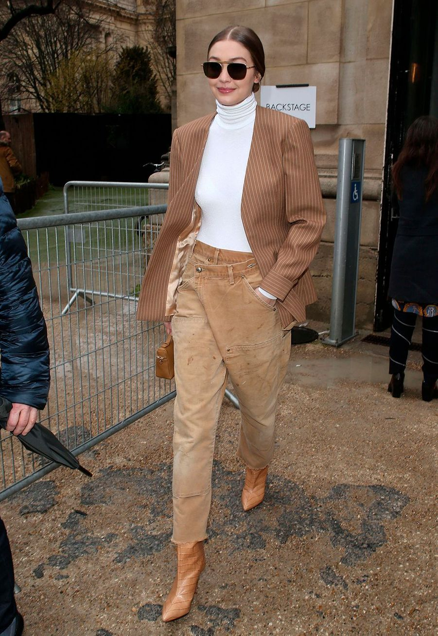 Gigi Hadidarrive au défilé Chloé lors de la fashion week de Paris, le 27 février 2020.