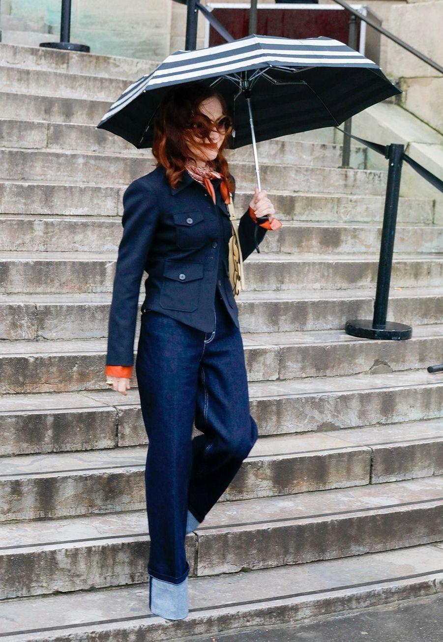 Isabelle Huppertarrive au défilé Chloé lors de la fashion week de Paris, le 27 février 2020.