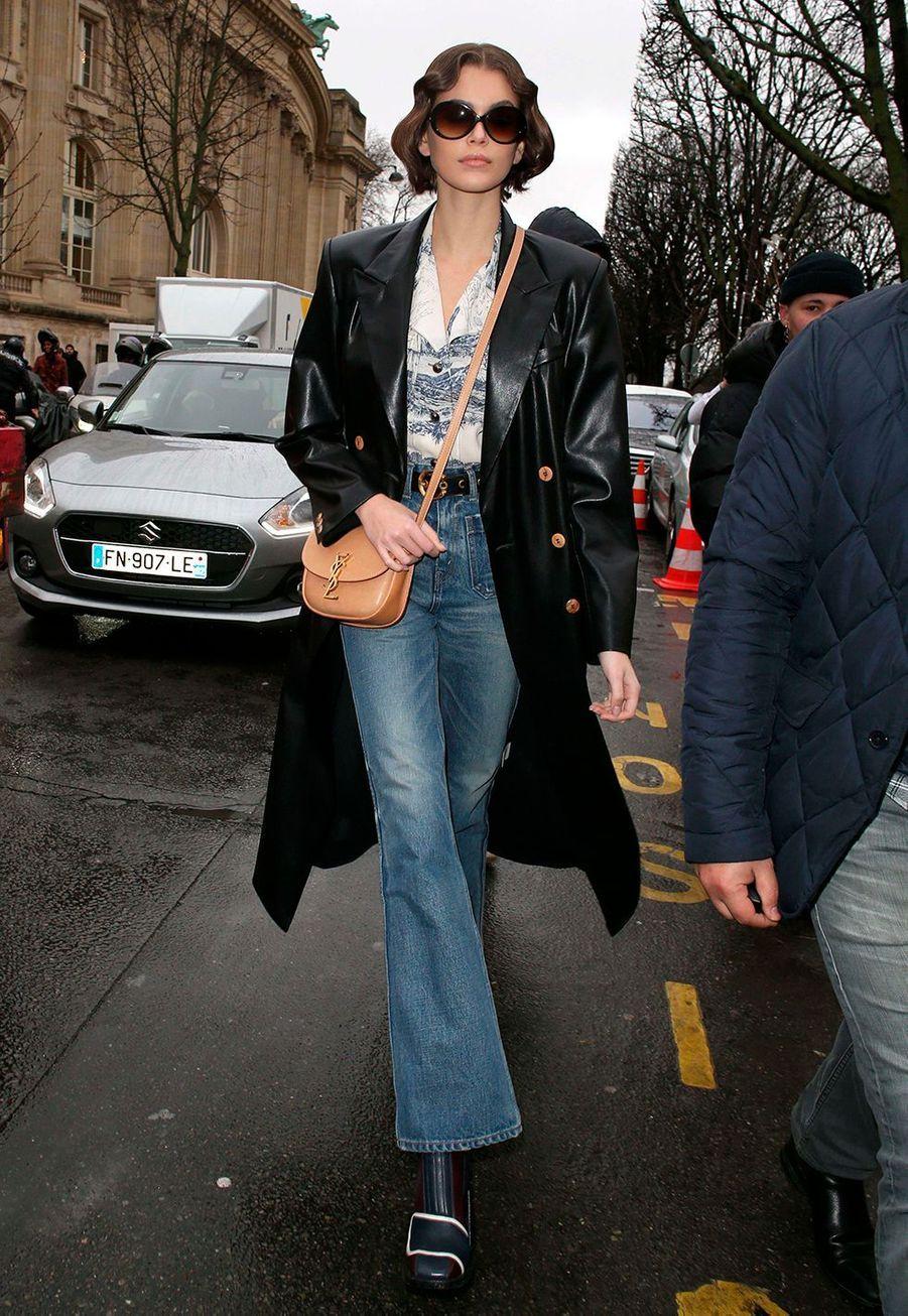 Kaia Gerberarrive au défilé Chloé lors de la fashion week de Paris, le 27 février 2020.