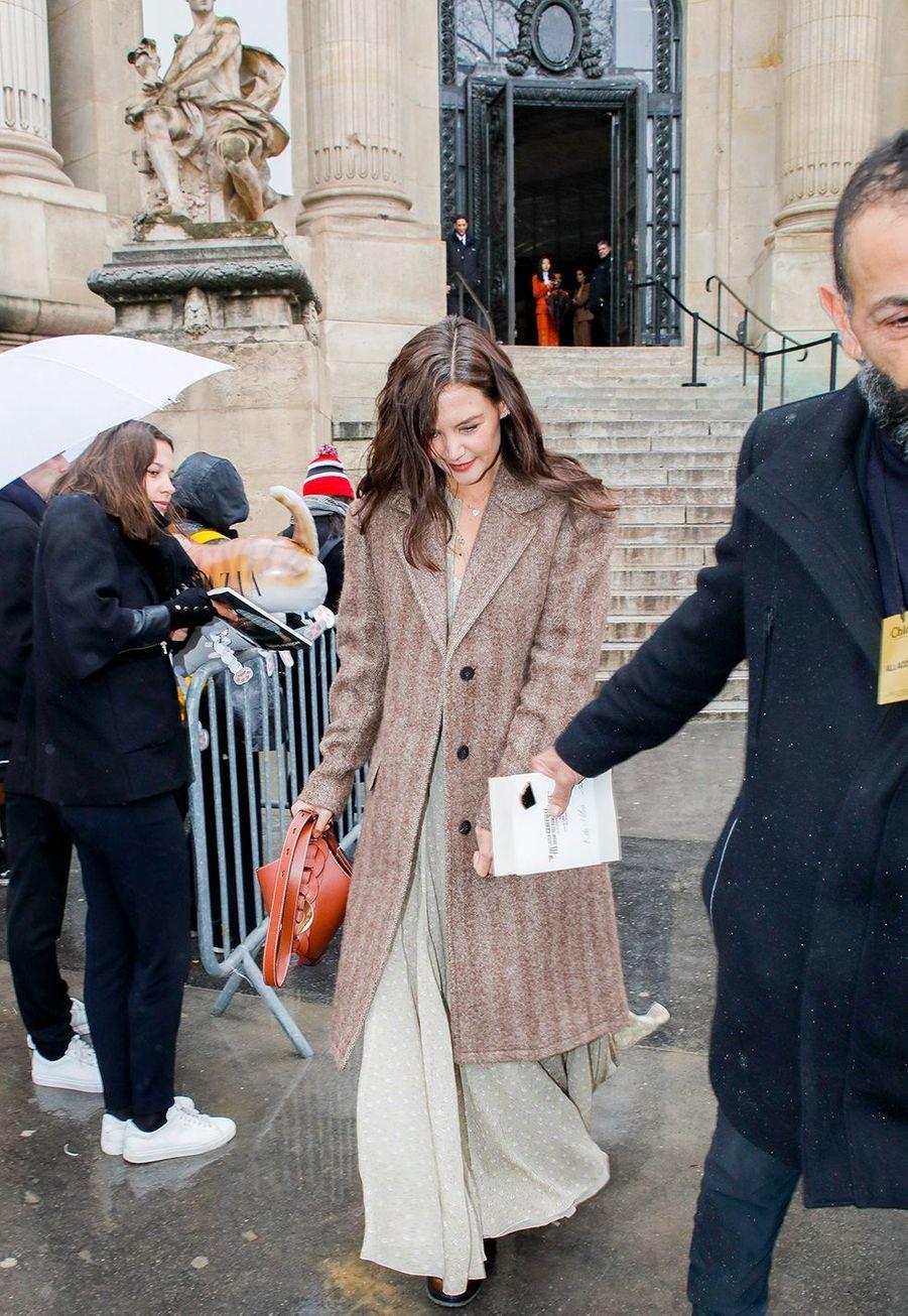 Katie Holmesarrive au défilé Chloé lors de la fashion week de Paris, le 27 février 2020.
