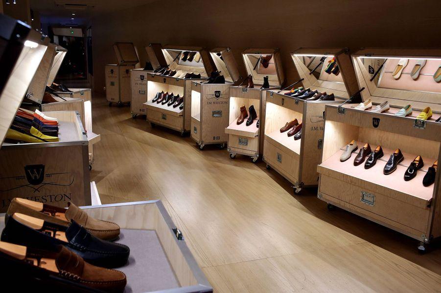 Les plus beaux modèles du chausseur de luxe présentés dans des flight cases.