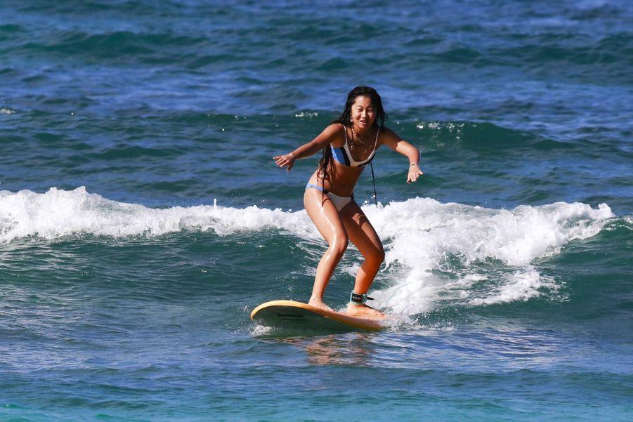 Jade Hallyday fait du surf sur la plage de Lorient à Saint-Barthélemy le 18 février 2019