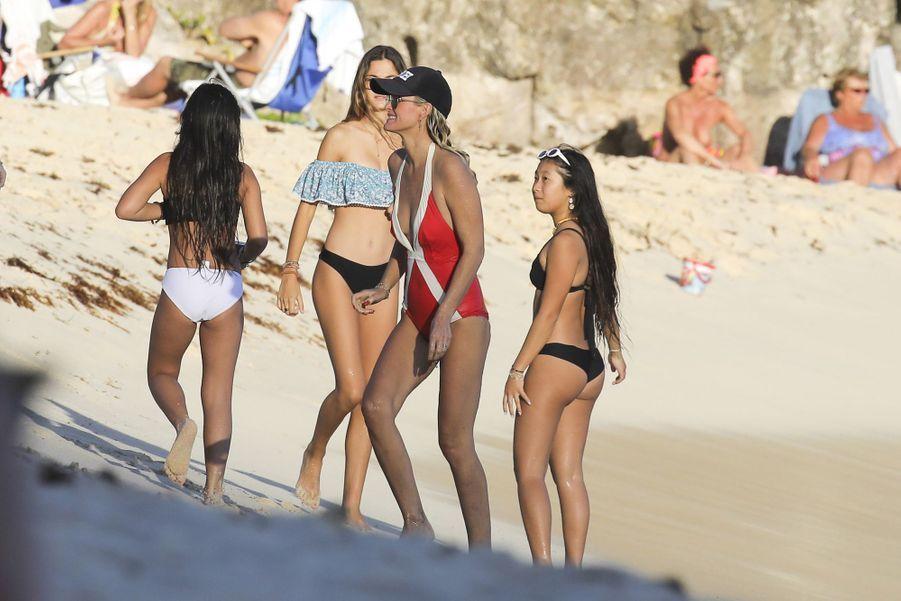 Laeticia Hallyday et ses filles Jade et Joy sur la plage de Gouverneur à Saint-Barthélemy le 19 février 2019