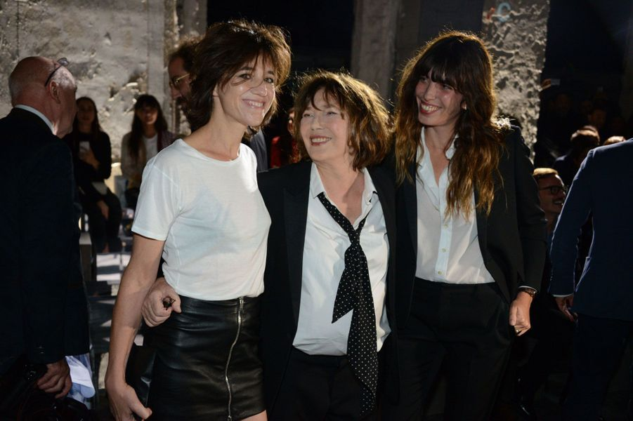 Jane Birkin et ses filles Charlotte Gainsbourg et Lou Doillon au défilé Saint Laurent