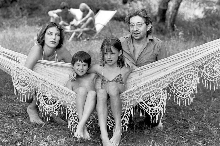 Jane Birkin et Serge Gainsbourg en vacances avec Kate Barry et Charlotte Gainsbourg.