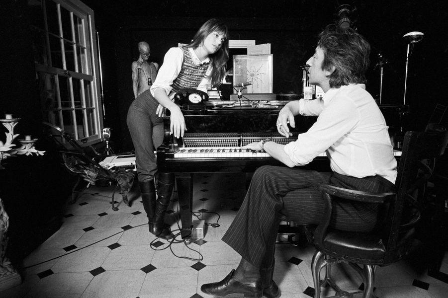 Jane Birkin et Serge Gainsbourg en 1971 rue Verneuil dans le 7ème arrondissement de Paris.