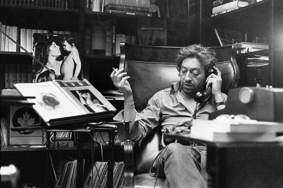 "Serge Gainsbourg avec un magazine ""Lui"""