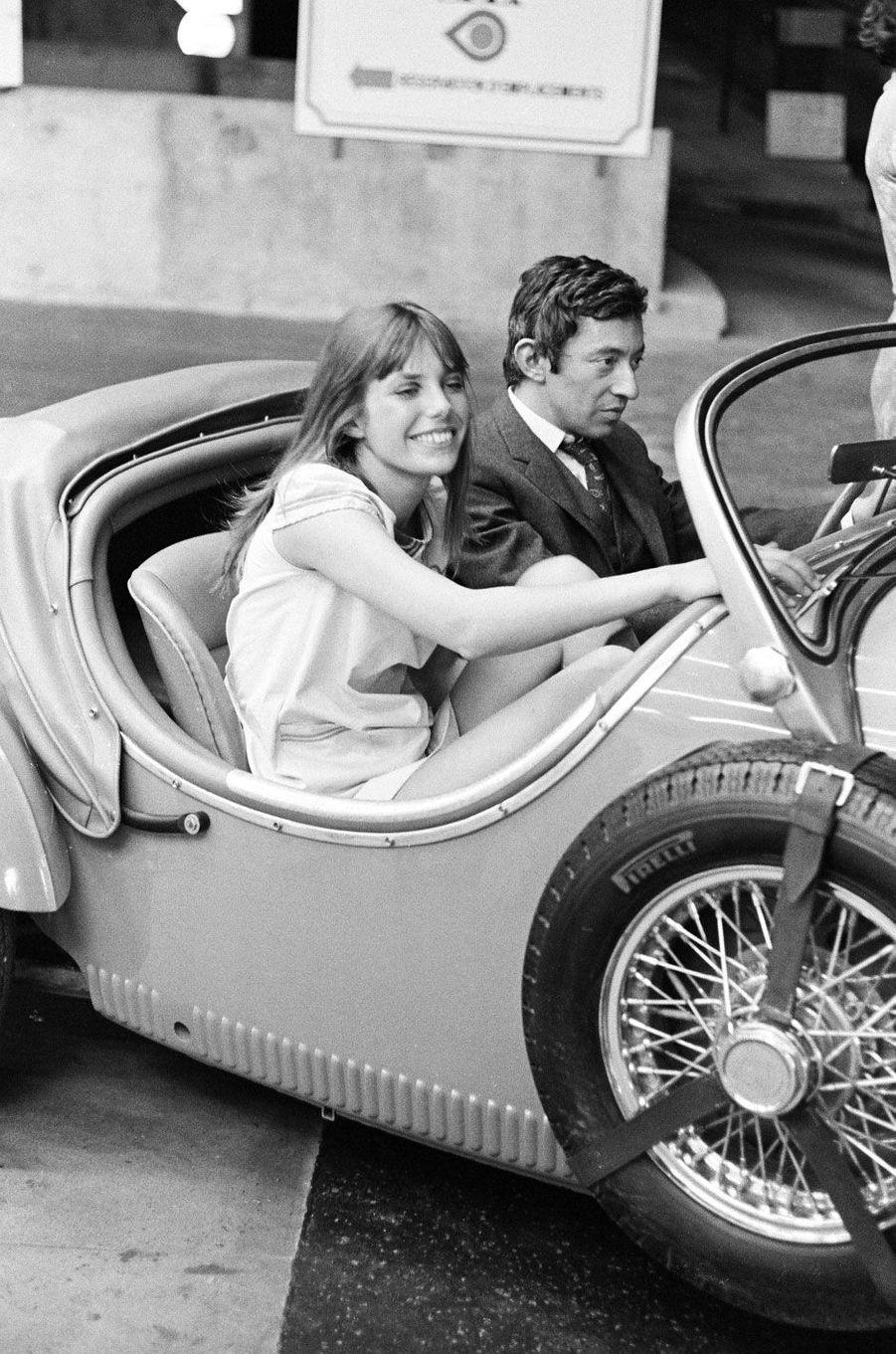 """Jane Birkin et Serge Gainsbourg sur le tournage de """"Slogan"""" en 1968"""