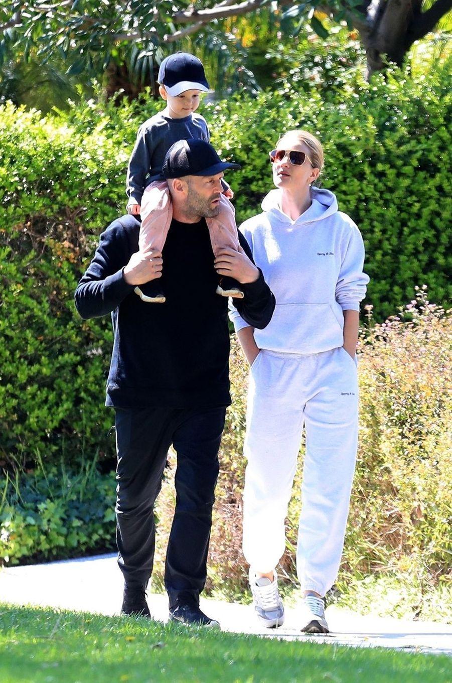 Jason Statham, Rosie Huntington-Whiteley et leur fils Jack à Los Angeles le 11 avril 2020