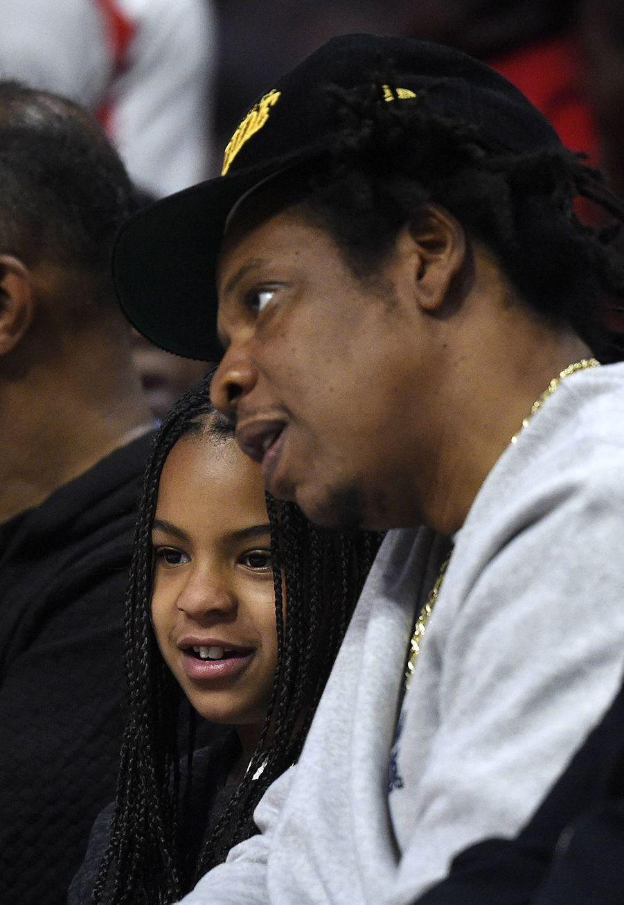 Jay-Z et sa fille Blue Ivy lors d'un match opposant les Lakers aux Clippers à Los Angeles le 8 mars 2020
