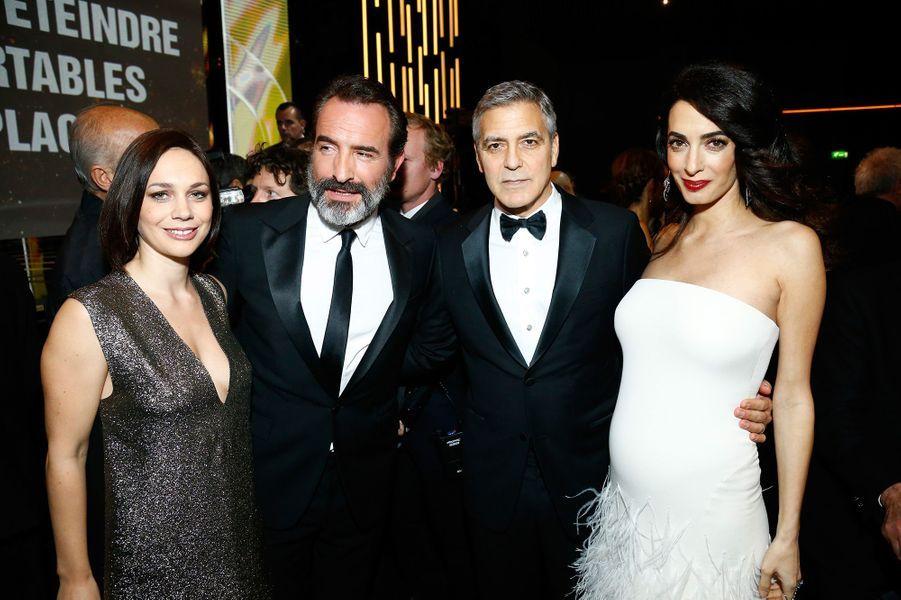 Jean Dujardin et Nathalie Péchalat à la cérémonie des César en 2017 avec George et Amal Clooney.