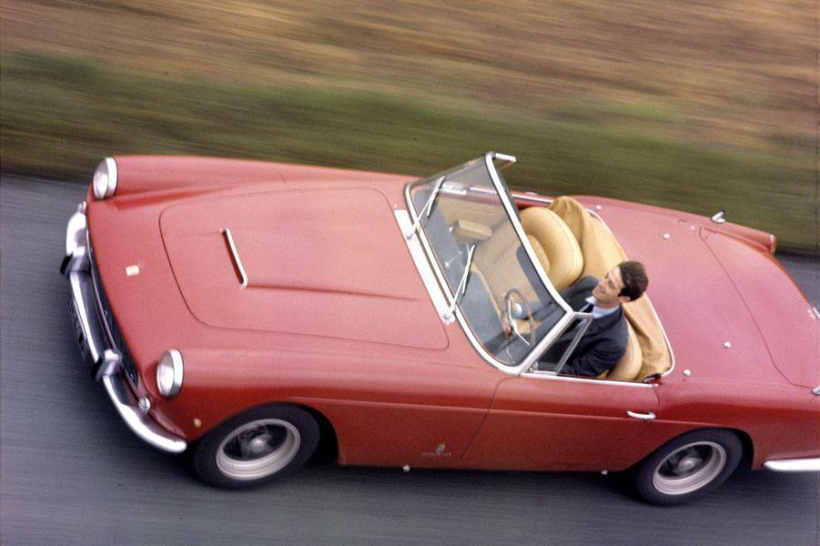 Jean-Paul Belmondo au volant de sa Ferrari 250 GT en 1962.
