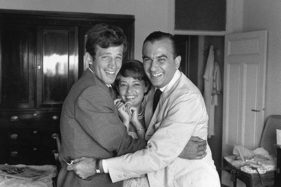 Jean-Paul Belmondo avec Jeanne Moreau et Raoul Levy au 13e Festival de Cannes en 1960.