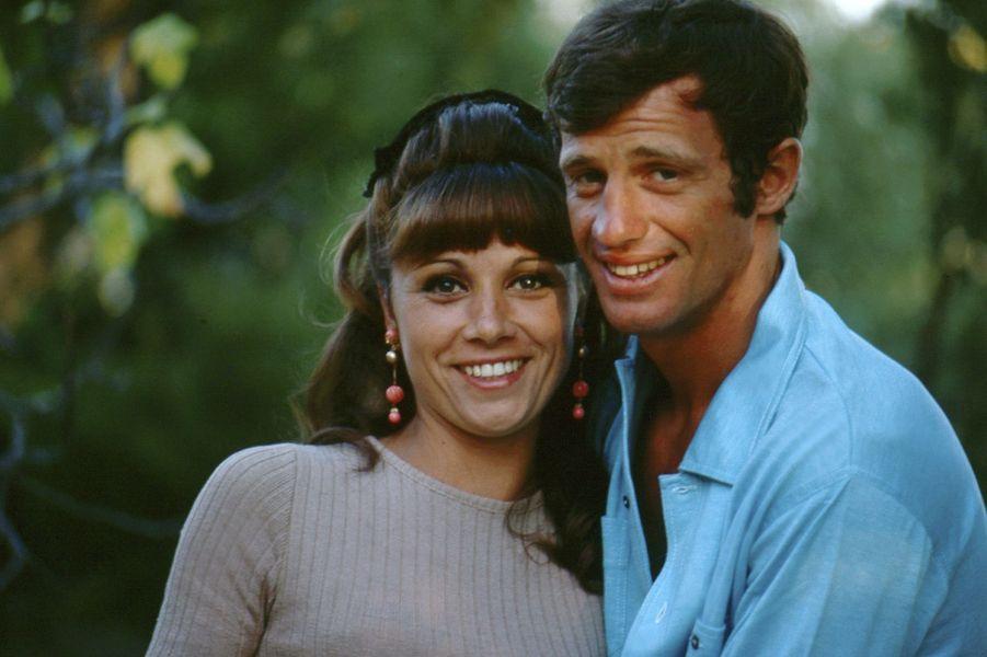 Jean-Paul Belmondo avec son épouse Elodie en vacances à Beauvallon, près de Saint-Tropez, 1964.