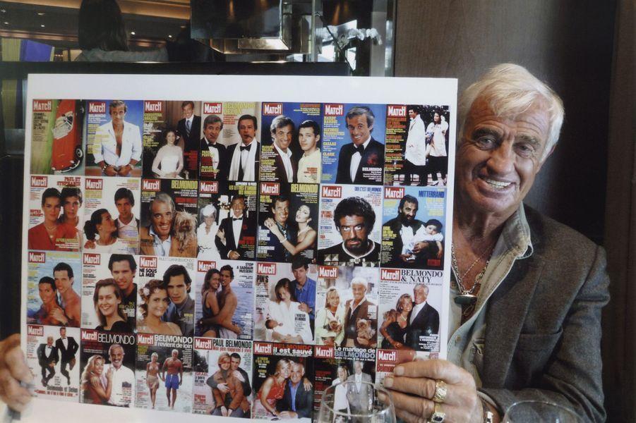 Jean-Paul Belmondo pose derrière les 28 couvertures de Paris Match, 2009