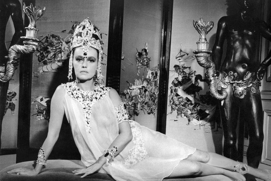 """Jeanne Moreau dans le film """"Mata Hari"""" sous l'oeil de Jean-Louis Richard son premier mari en 1965"""