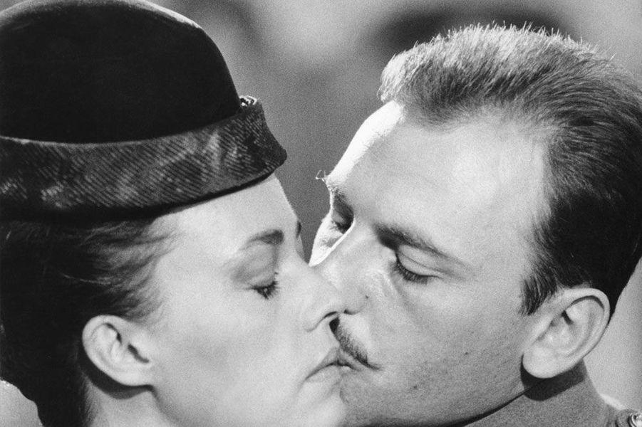 """Jeanne Moreau dans le film """"Mata Hari"""" sous l'oeil de Jean-Louis Richard son premier marien 1965"""