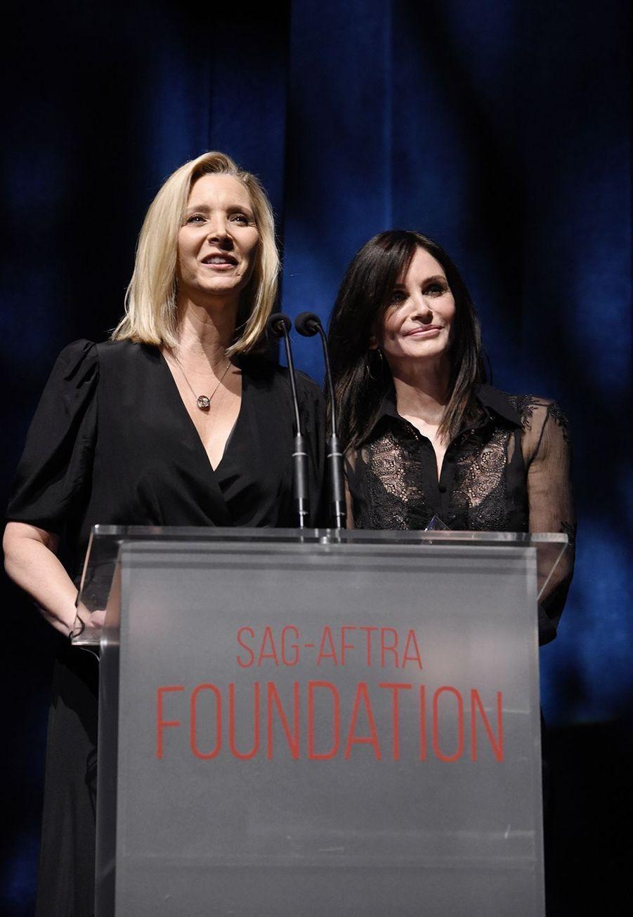 Lisa Kudrow et Courteney Coxà la cérémonie desSAG-AFTRA Foundation à Los Angeles 7 novembre 2019