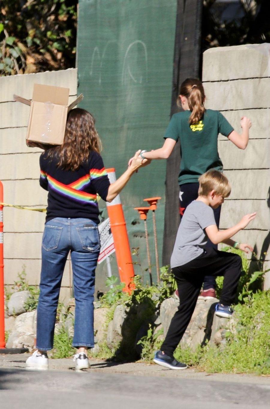 Jennifer Garner se promène avec ses enfants Seraphina et Samuel à Brentwood, Los Angeles, le 19 mars 2020