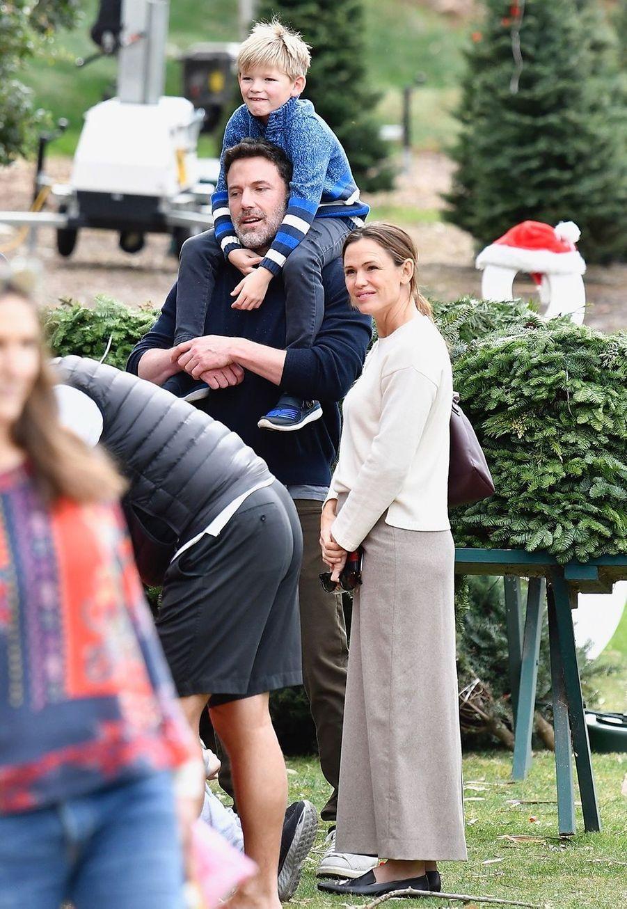 Jennifer Garner, Ben Affleck et leur fils Samuelachètent leur sapin de Noël et assistent ensuiteà une messe dominicale à Los Angeles le 1er décembre 2019.