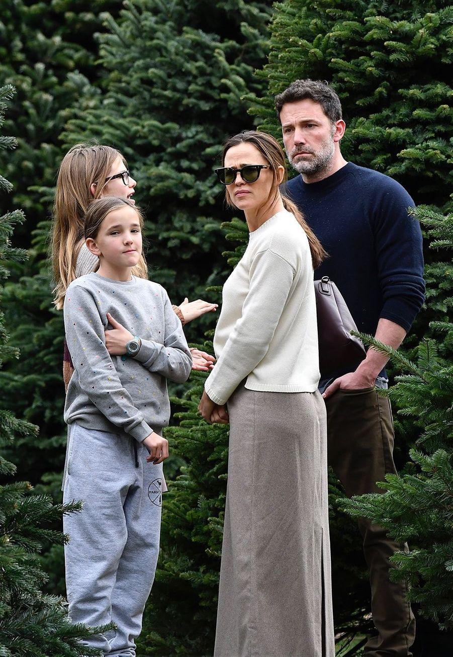 Jennifer Garner, Ben Affleck, et leurs filles Violet et Seraphinaachètent leur sapin de Noël et assistent ensuiteà une messe dominicale à Los Angeles le 1er décembre 2019.
