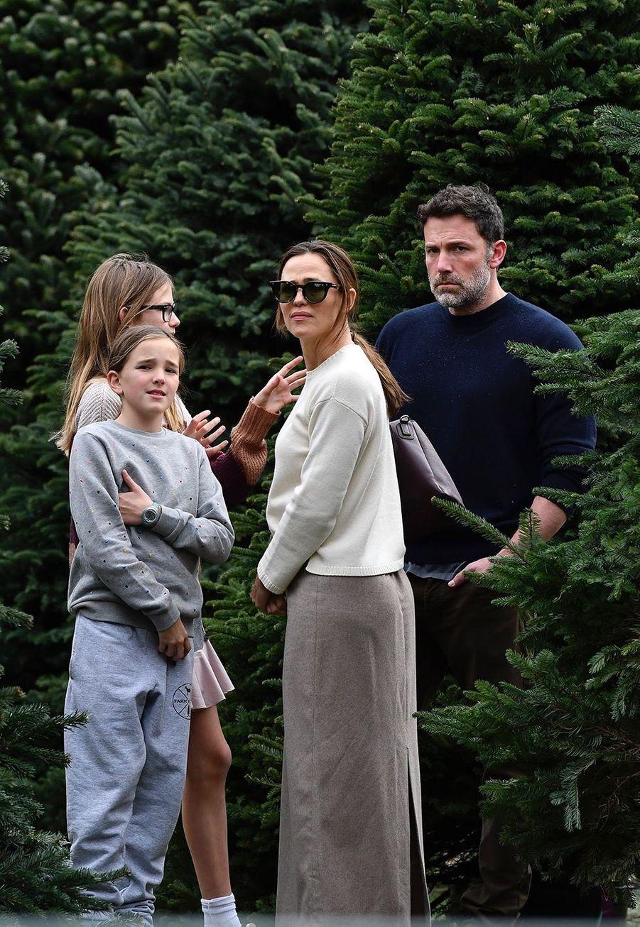 Jennifer Garner, Ben Affleck et leurs filles Violet et Seraphinaachètent leur sapin de Noël et assistent ensuiteà une messe dominicale à Los Angeles le 1er décembre 2019.