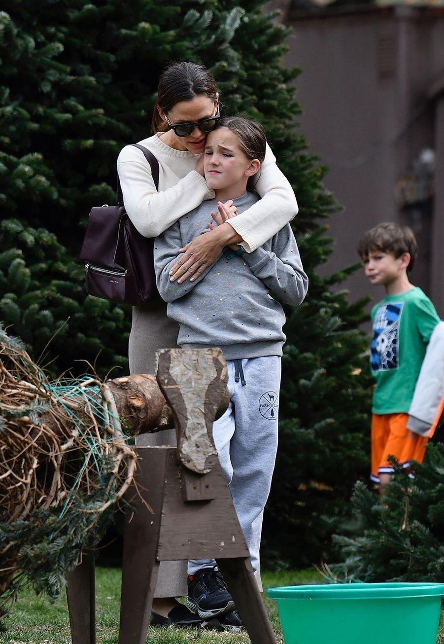 Jennifer Garner et sa fille Seraphinaachètent leur sapin de Noël et assistent ensuiteà une messe dominicale à Los Angeles le 1er décembre 2019.