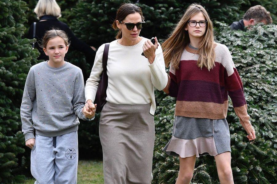 Jennifer Garner et ses filles Violet et Seraphina Affleck achètent leur sapin de Noël et assistent ensuiteà une messe dominicale à Los Angeles le 1er décembre 2019.