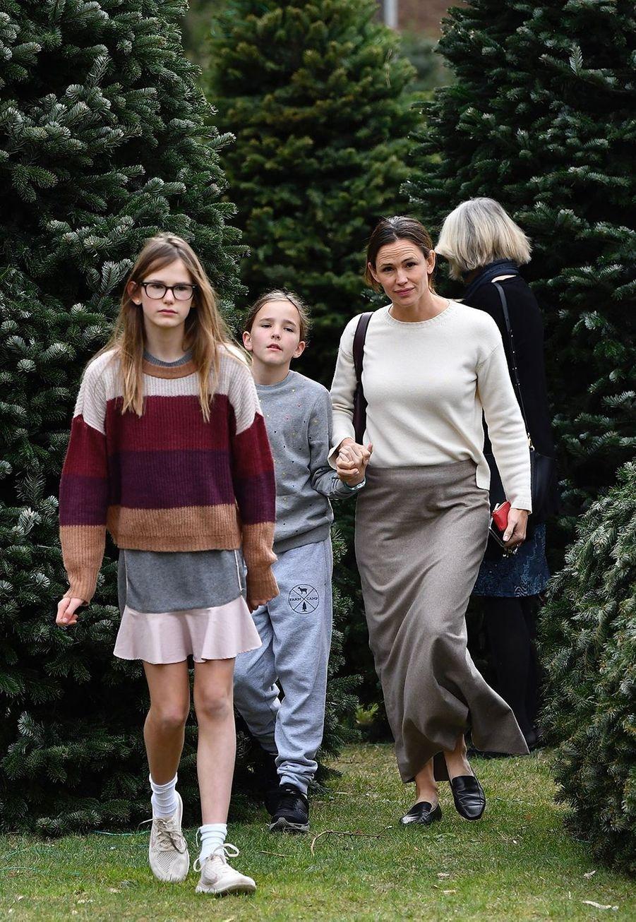 Jennifer Garner et ses filles Violet et Seraphina Affleckachètent leur sapin de Noël et assistent ensuiteà une messe dominicale à Los Angeles le 1er décembre 2019.