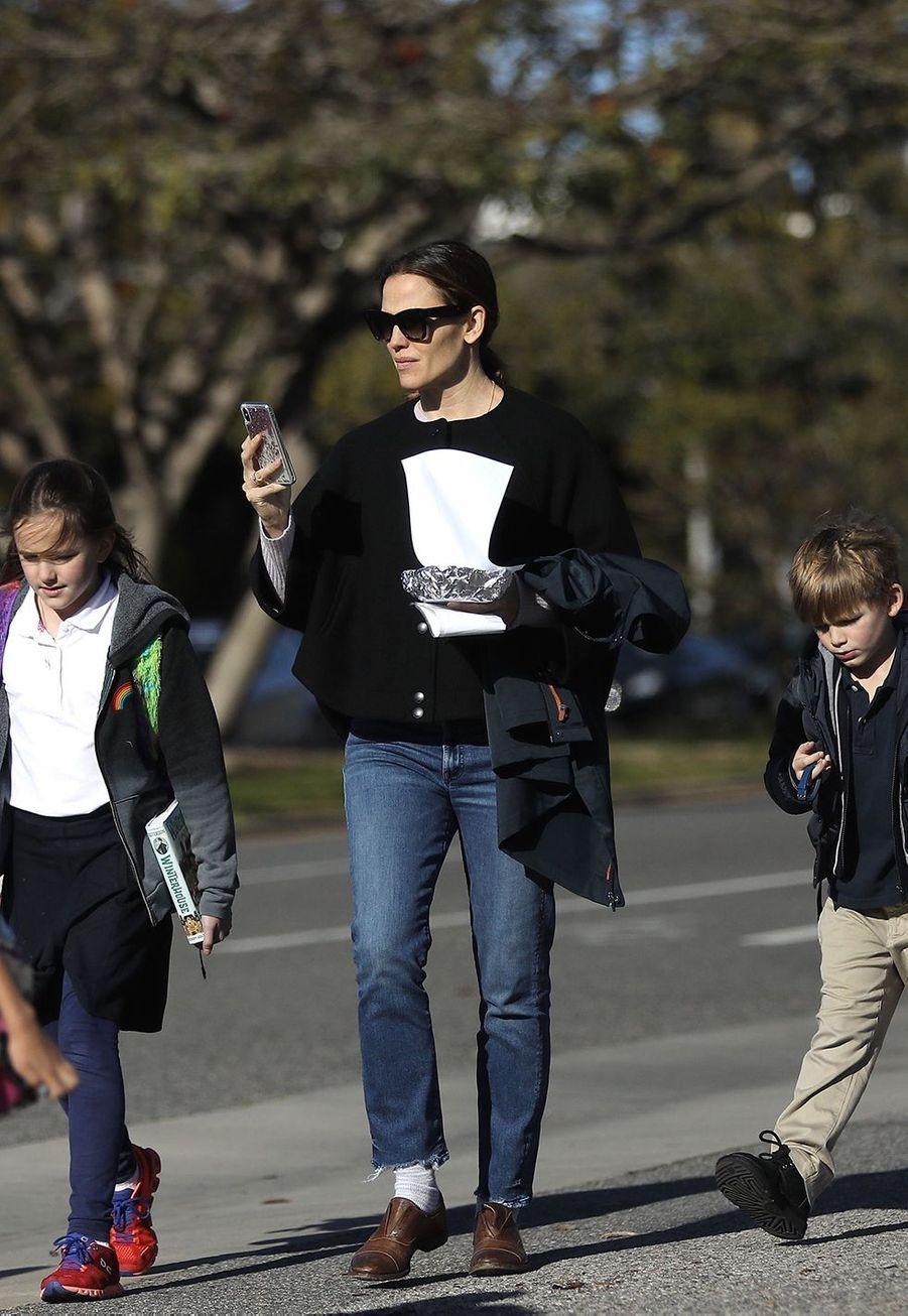Jennifer Garner avec ses enfants à la sortie de l'école à Los Angeles le 6 février 2019