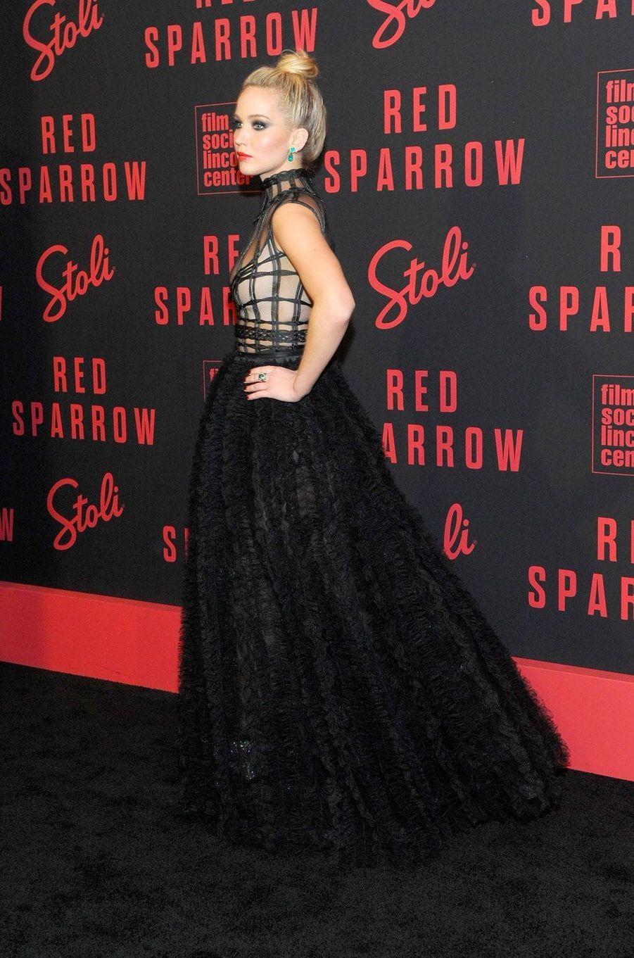 """Jennifer Lawrence, envoûtante à la première de """"Red Sparrow"""" à New York"""