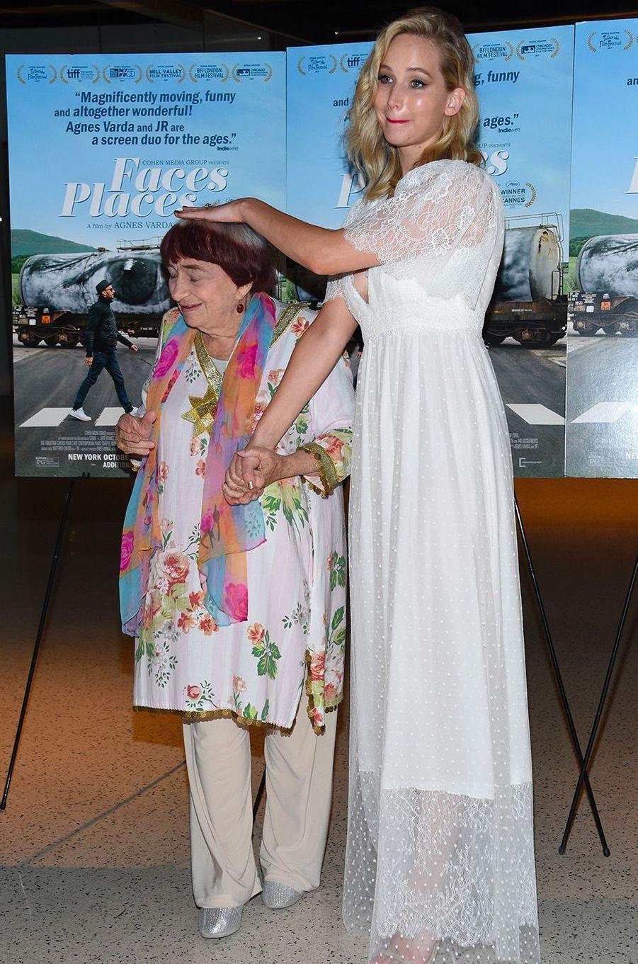 """Jennifer Lawrence à la première de """"Visages Villages"""" à Hollywood avec Agnès Varda"""