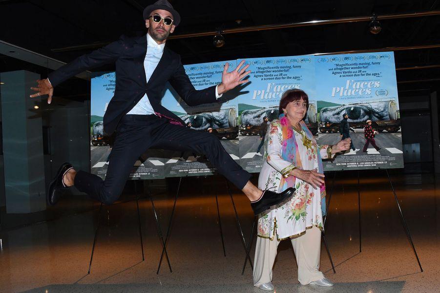 """Agnès Varda et JR à la première de leur film """"Visages Villages"""" à Hollywood"""