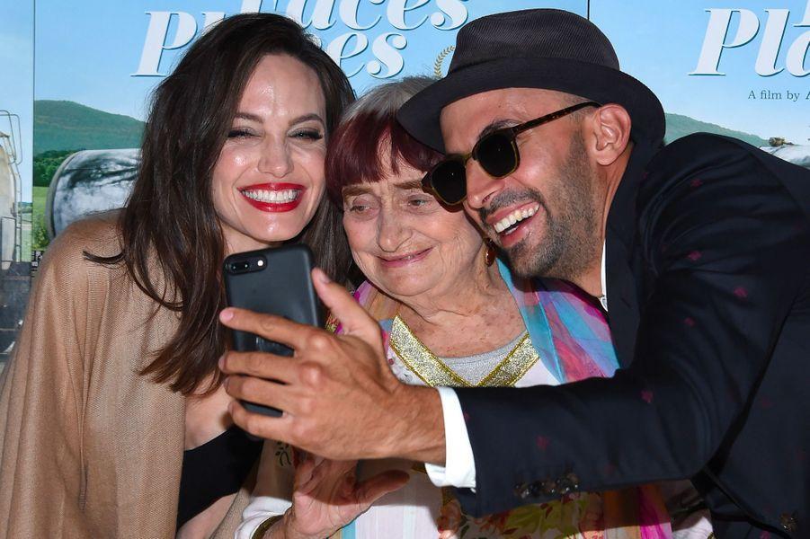 """Angelina Jolie à la première de """"Visages Villages"""" à Hollywood avec Agnès Varda et JR"""