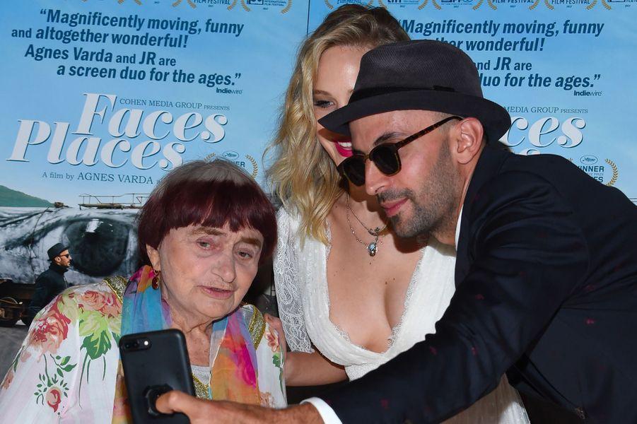 """Jennifer Lawrence à la première de """"Visages Villages"""" à Hollywood avec Agnès Varda et JR"""