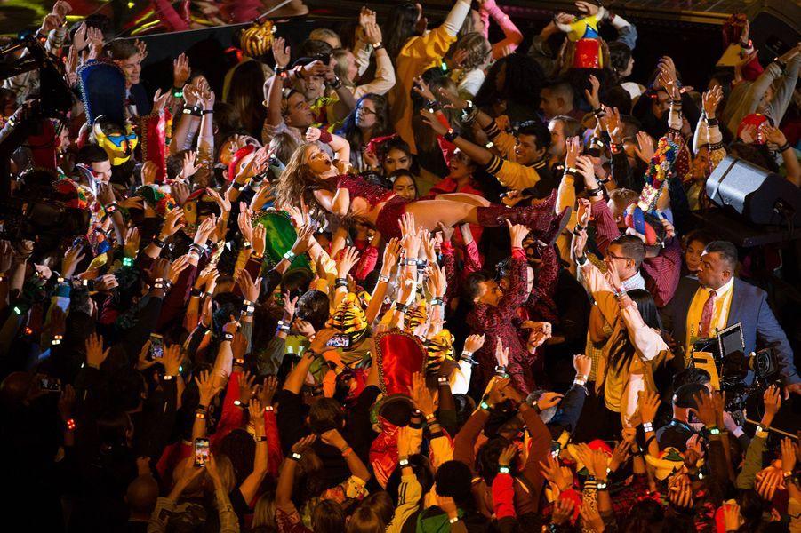 Shakira se fait transporter par la foule lors du Super Bowl à Miami le 2 février 2020
