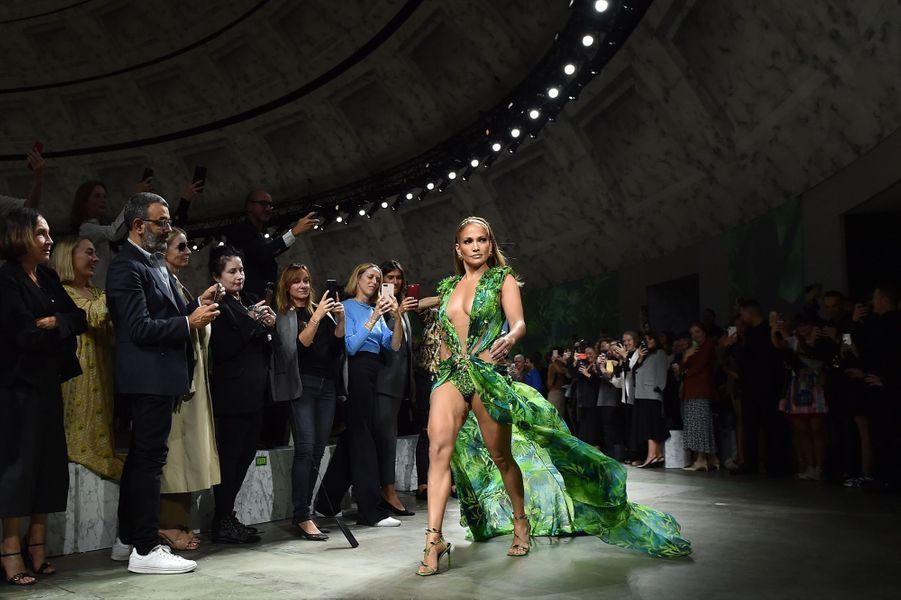Jennifer Lopez dans sa Jungle Dress, faisant une apparition surprise à la fin du défilé Versace à la semaine de la mode à Milan, le 20 septembre 2019.